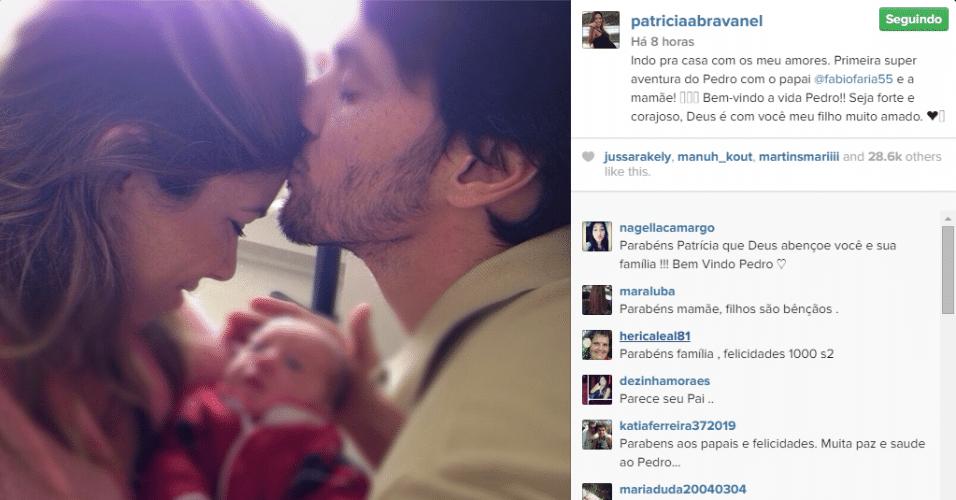 18.set.2014 - Quatro dias após dar à luz, Patricia Abravanel publica foto ao lado do filho e do noivo, o deputado federal Fábio Faria