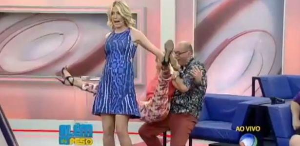 """Ticiane Pinheiro brinca de """"cavalinho"""" com Ana Hickmann, mas se desequilibra ao vivo"""
