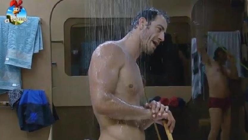 Diego Cristo faz pausa na faxina para tomar um banho