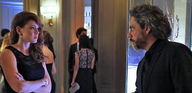 """Em """"Império"""", Zé Alfredo humilha Cristina ao vê-la na festa da joalheria"""