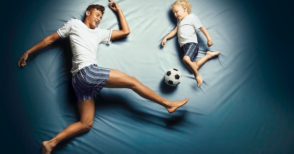 Pela primeira  vez, Neymar Jr posa ao lado do filho, Davi, 3 anos, em uma campanha publicitária