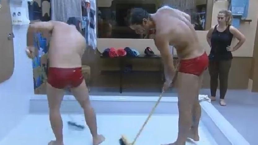 Roy Rossello e Diego Cristo fazem a faxina do banheiro