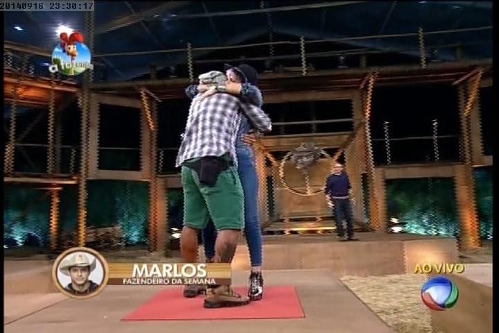 18.set.2014 - Bruna Tang abraça Marlos Cruz