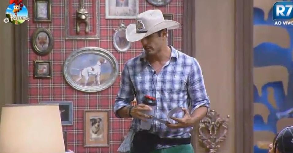 18.set.2014 - Marlos Cruz ganha o chapéu de fazendeiro
