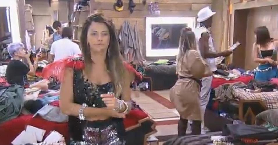 19.set.2014 Babi Rossi com roupa para a festa em