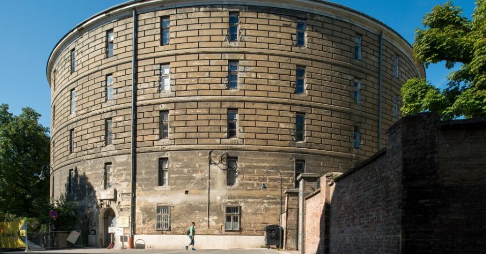 Por trás do Josephinum está outra curiosidade da história médica: o Narrenturm, ou Torre dos Loucos, o hospital para fins psiquiátricos mais antigo da Europa, construído em 1784. Em formato circular -- talvez porque se achava que isso teria um efeito positivo no humor dos pacientes -- tem cara de fortaleza de pedra, com fendas estreitas no papel de janelas