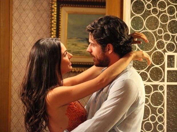 Rafael (Marco Pigossi) quer saber o motivo de Sandra(Isis Valverde) aceitar rápido a proposta dos dois morarem juntos.