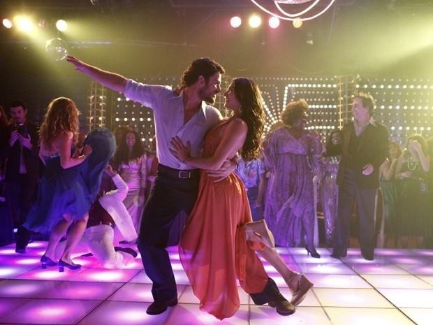 Rafael(Marco Pigossi) e Sandra (Isis Valverde) arrasam na pista de dança e são fortes candidatos a ganhar o concurso na