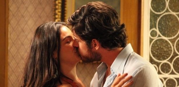 Surpreso com a decisão da namorada de aceitar o pedido de casamento, Rafael (Marco Pigossi) beija Sandra (Isis Valverde)