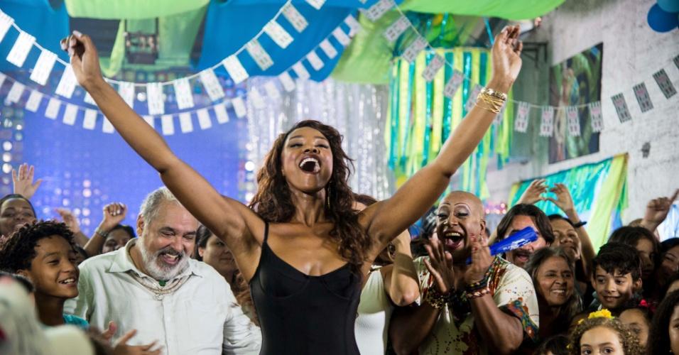 Xênia (Elaine Mickely), a atual rainha de bateria da escola Unidos de Santa Teresa resolve provocar Juju Popular (Cris Vianna) à frente da bateria. Incentivada pelos amigos, Juju mostra que ainda tem muito samba no pé e molejo