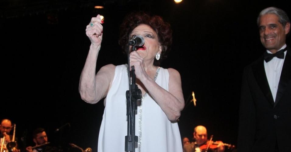 19.set.2014 - Aos 92 anos, Bibi Ferreira apresenta seu show com clássicos de Frank Sinatra, no Teatro Renaissance, nos Jardins