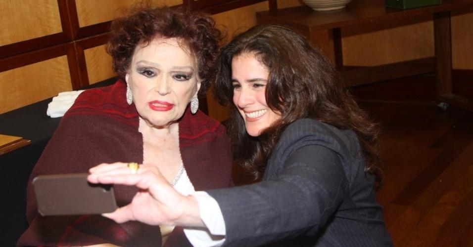 19.set.2014 - Bibi Ferreira é tietada pela atriz Lúcia Veríssimo após o show da atriz e cantora em São Paulo