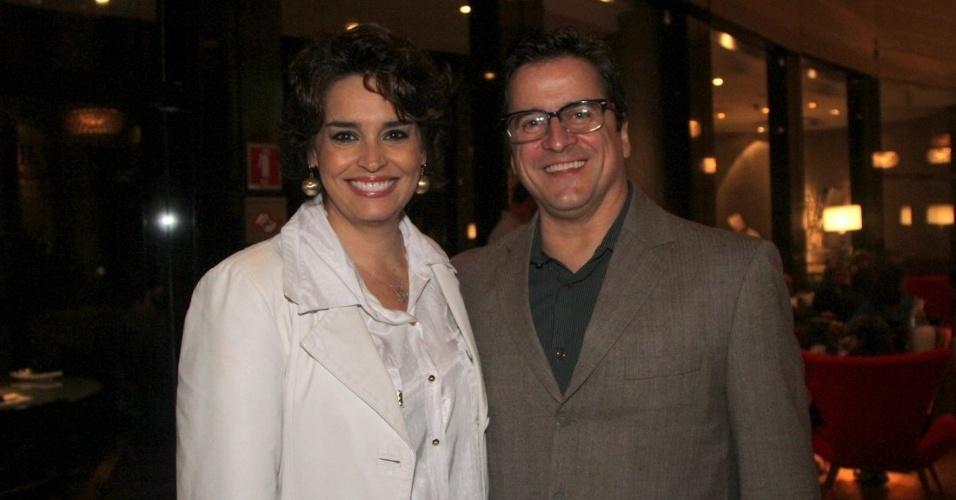 19.set.2014 - Suzy Rêgo vai acompanhada do marido ao show de Bibi Ferreira, em São Paulo