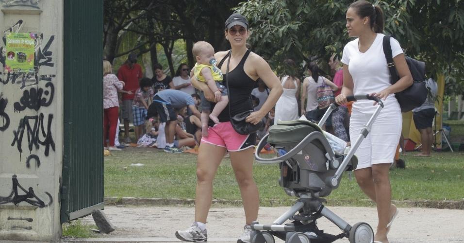 20.set.2014 - A atriz Regiane Alves aproveitou o início da tarde deste sábado (20) para passear com o filho João Gabriel em uma praça na Barra da Tijuca, Zona Oeste, do Rio de Janeiro