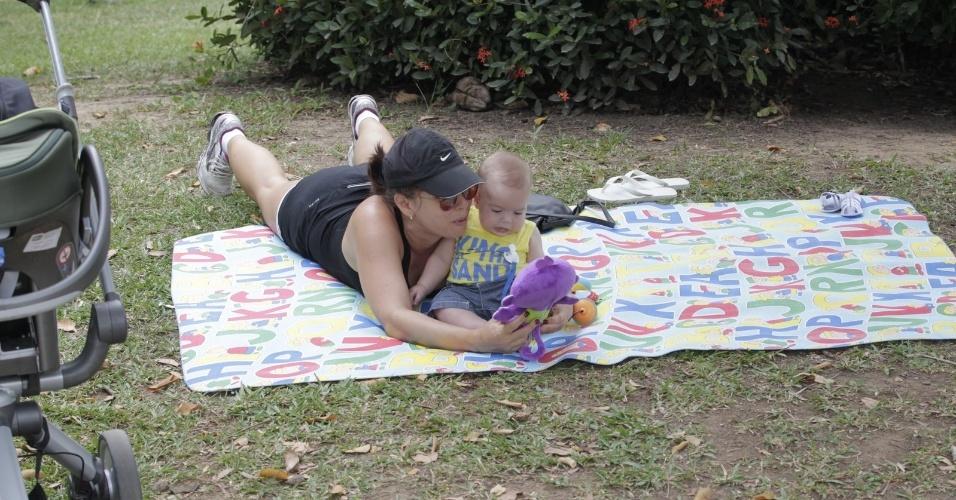 20.set.2014- Regiane Alves e João Gabriel se divertiram com os brinquedos do menino no meio de praça