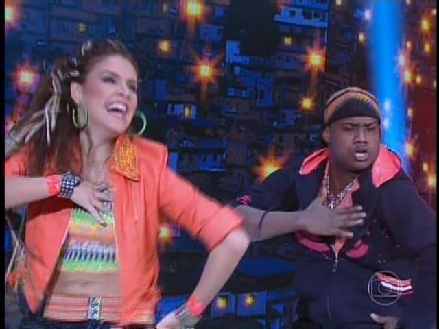 21.set. 2014- Paloma Bernardi encantou o público com uma coreografia ousada e cheia de charme. A ruiva arrasou no remelexo