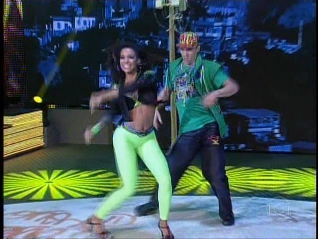 21.set.2014- O ex-jogador de vôlei e a sua parceira, Camila Lobo, mostram sensualidade e sintonia em uma coreografia arriscada e cheia de passos marcados