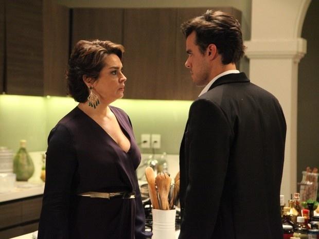 Beatriz (Suzy Rêgo) não aguenta ver Enrico (Joaquim Lopes) provocar o marido e dá uma bofetada no filho