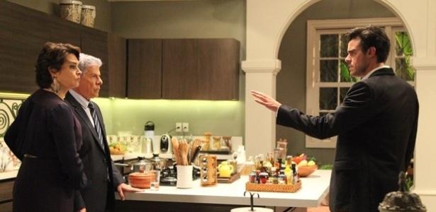 Enrico (Joaquim Lopes) não esconde a decepção com a revelação do caso de Claudio (José Mayer) com outro homem
