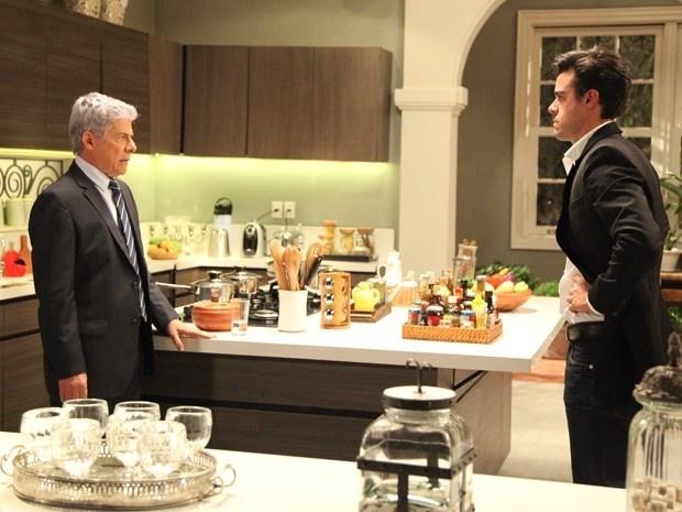 Enrico (Joaquim Lopes) pressiona o pai para saber toda a verdade sobre o caso de Claudio (José Mayer) com outro homem