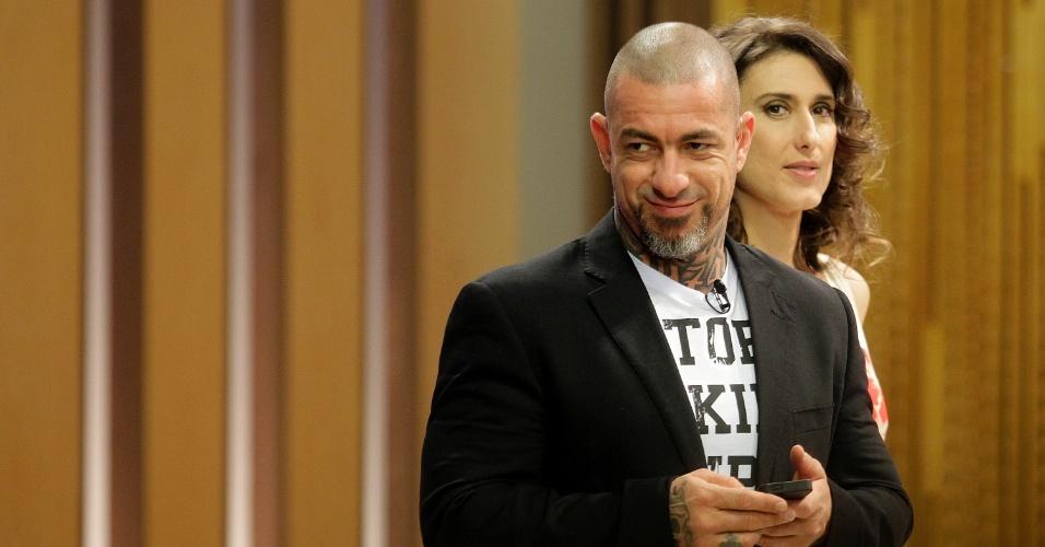 """12.set.2014 - Os jurados Henrique Fogaça e a argentina Paola Carosella nos bastidores do """"Masterchef"""""""