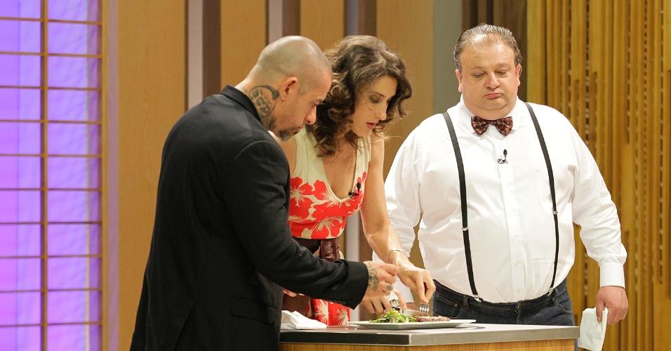 """12.set.2014 - Os jurados Henrique Fogaça, Erick Jacquin e a argentina Paola Carosella provam um dos pratos do """"Masterchef"""""""