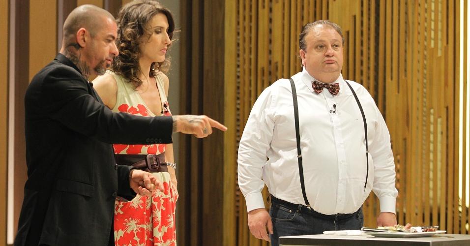 """12.set.2014 - Sem pudores, os jurados do """"Masterchef"""" fazem seus comentários sobre os pratos na frente de cada participante"""