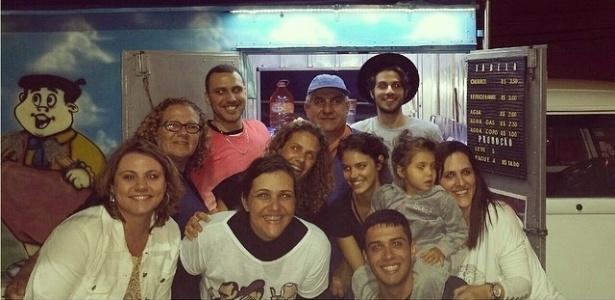 22.set.2014 - Laura Neiva comemora aniversário com amigos (Chay Suede, entre eles)
