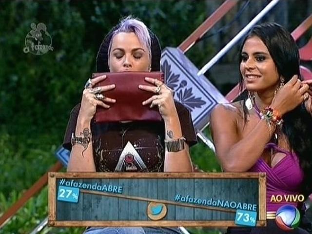 22.set.2014 - Público decide pelo Twitter que Bruna Tang não deve abrir o envelope vermelho de dentro da arca