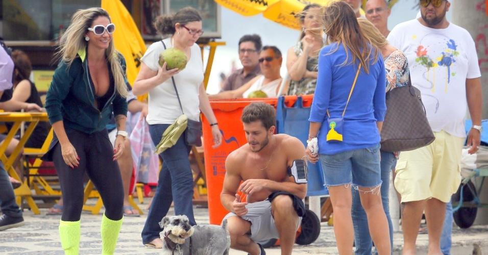 """22.set.2014 - Sem camisa, Kleber Toledo grava cenas da novela """"Império"""" na orla da praia de Ipanema, no Rio, e para brincar com cachorrinho"""