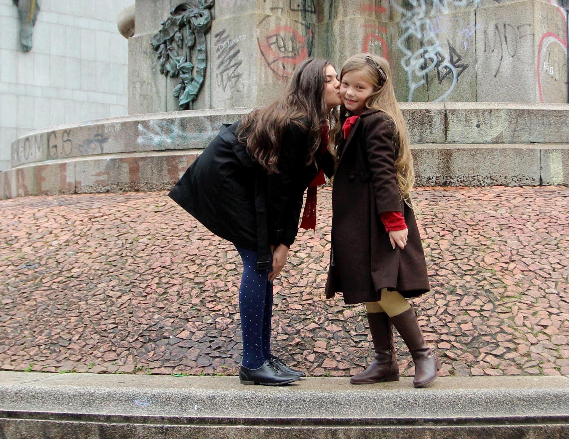 Set.2014 - Lívia Inhudes dá beijoca em Duda Bündchen em gravação da novela