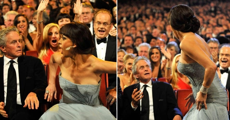 """13.jun.2003 - Ao lado do marido, Michael Douglas, a atriz Catherine Zeta-Jones recebe prêmio na 64ª edição da premiação de teatro Annual Tony Awards em Nova York pela atuação no musical da Broadway """"A Little Night Music"""""""