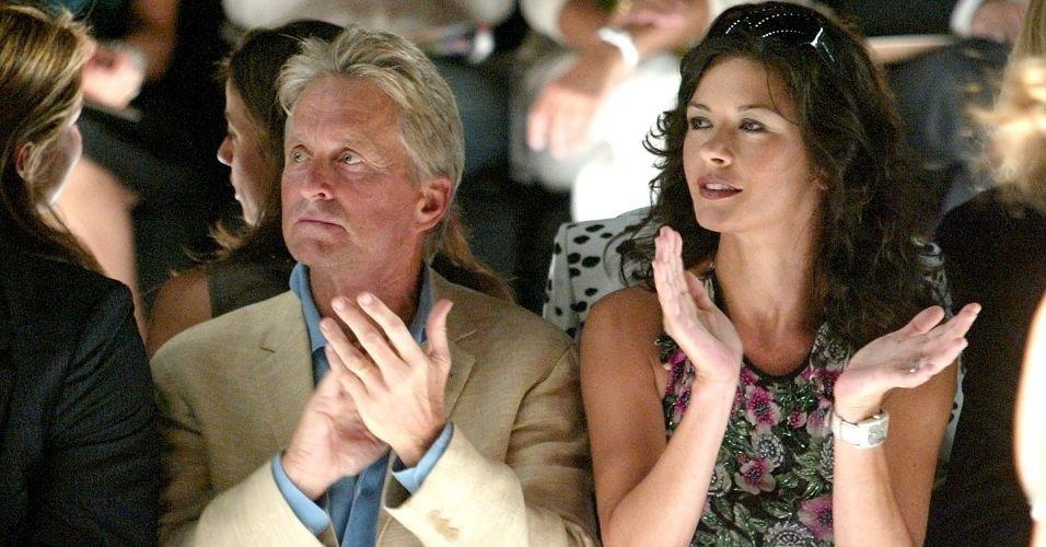 14.set.2005 - Michael Douglas e Catherine Zeta-Jones assistem ao desfile do estilista Michael Kors na Semana de Moda de Nova York. Boatos afirmam que os dois foram apresentados por Antonio Banderas no Festival de Cinema de Deauville. Depois de quase dois anos de namoro, eles se casaram
