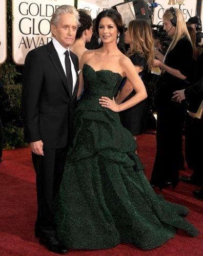 16.jan.2011 - Michael Douglas e Catherine Zeta-Jones posam no tapete vermelho do Globo de Ouro, em Beverly Hills, nos EUA
