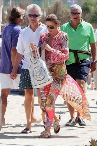16.jul.2011 - Após problemas de saúde na família, o ator e produtor americano Michael Douglas e sua mulher Catherine Zeta-Jones aproveitam para descansar na França