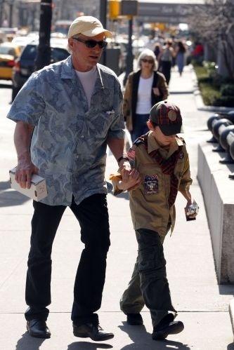 20.mar.2010 - Michael Douglas leva o filho Dylan para evento do curso de escoteiros em Nova York, nos EUA
