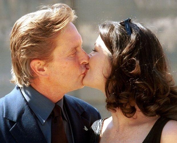 20.nov.2000 - Michael Douglas beija a mulher Catherine Zeta-Jones em evento na ilha espanhola da Mallorca