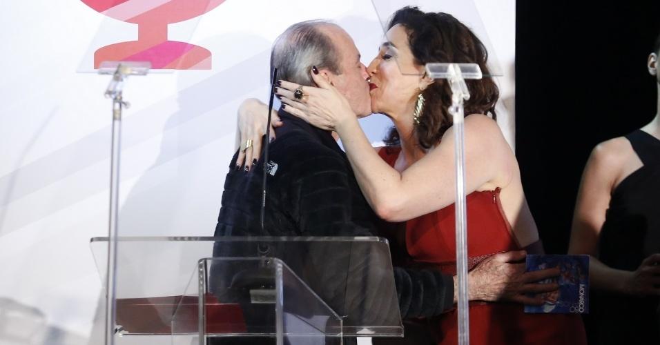 22.set.2014 - Apresentadora do evento, Marisa Orth dá um beijo na boca de Ney Matogrosso no palco do 3º Prêmio Contigo MPB FM de Música, na Miranda, na zona sul do Rio de Janeiro, na noite desta segunda-feira