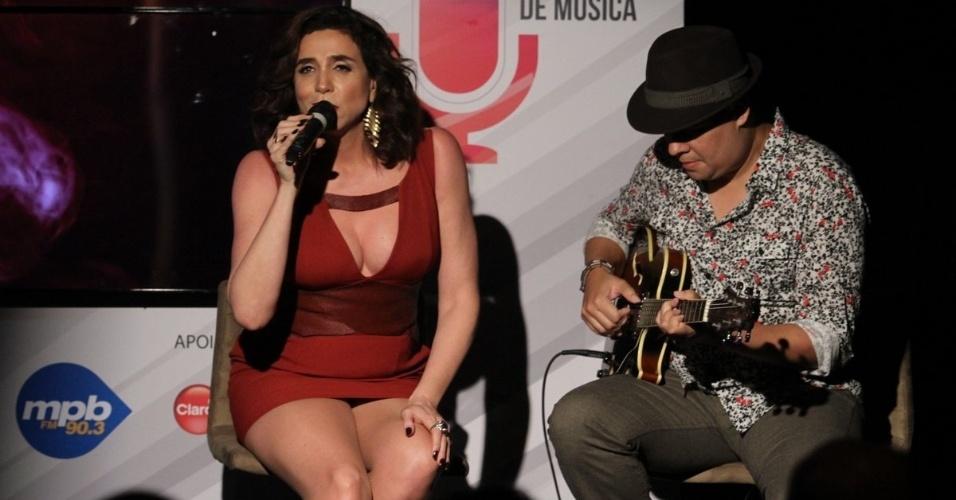 22.set.2014 - Apresentadora do evento, Marisa Orth também deu uma canja no palco do 3º Prêmio Contigo MPB FM de Música, na Miranda, na zona sul do Rio de Janeiro
