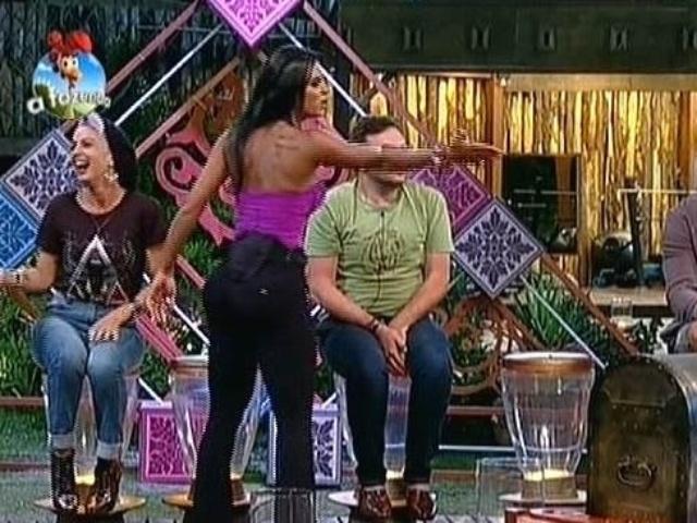 """22.set.2014 - Lorena Bueri se levanta para discutir com Oscar Maroni na votação ao vivo de """"A Fazenda 7"""""""