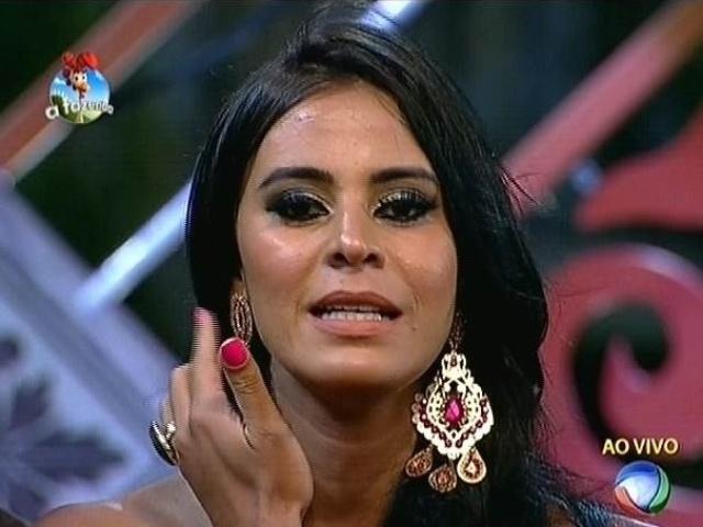 """22.set.2014 - Lorena Bueri vota em Oscar Maroni na primeira roça de """"A Fazenda 7"""""""