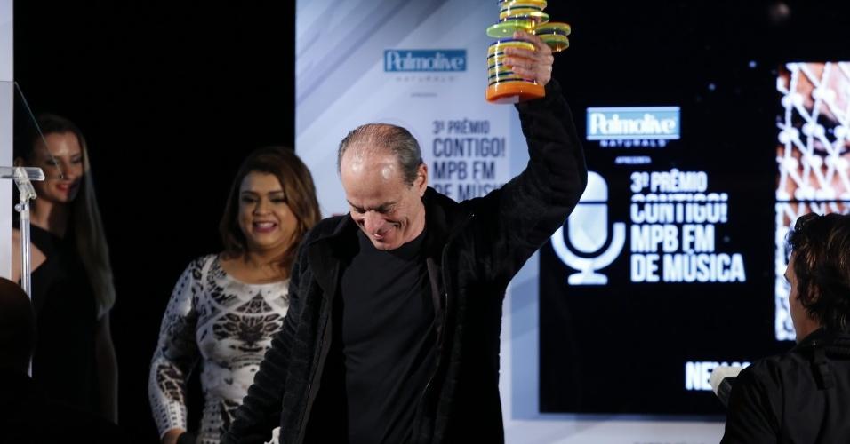 22.set.2014 - Ney Matogrosso leva seu segundo troféu no 3º Prêmio Contigo MPB FM de Música, na Miranda, na zona sul do Rio de Janeiro, na noite desta segunda-feira