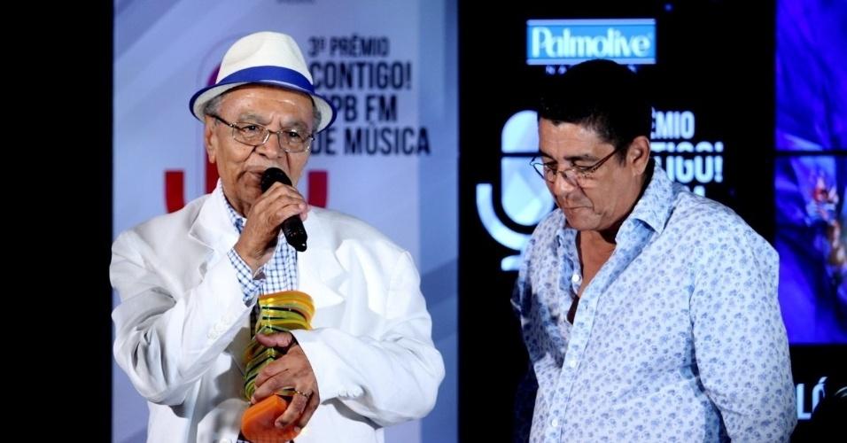 22.set.2014 - Sambista Monarco recebe o prêmio de melhor álbum de samba das mãos de Zeca Pagodinho, no 3º Prêmio Contigo MPB FM de Música, na Miranda, na zona sul do Rio de Janeiro