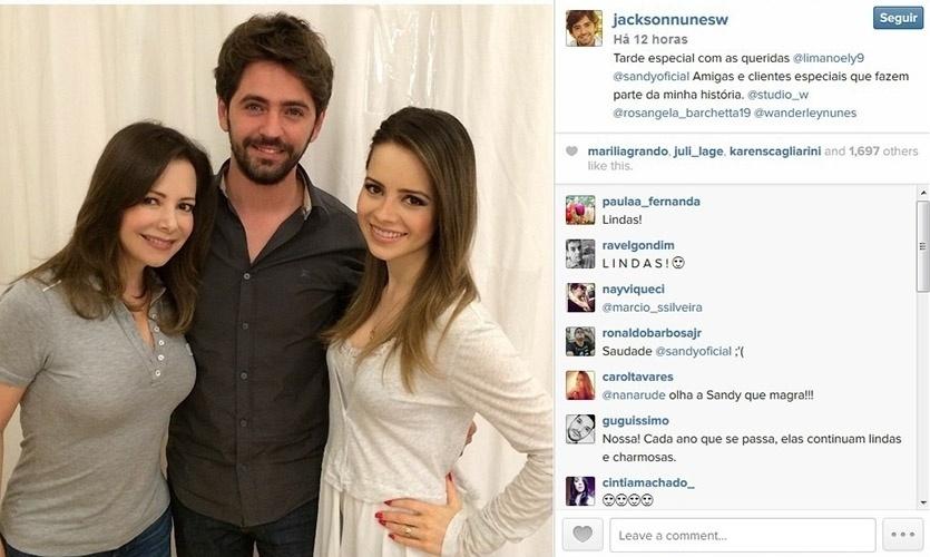 22.set.2014 - Sandy faz a primeira aparição pública após dar à luz Theo, seu filho com Lucas Lima. Acompanhada da mãe, Noely, a cantora foi a um salão e posou com o cabeleireiro Jackson Nunes, que compartilhou a foto com seus seguidores no Instagram.