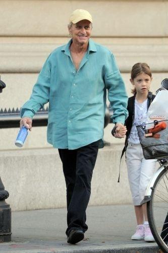 23.set.2010 - Visualmente mais magro, o ator Michael Douglas cumpre a rotina de levar a filha Carys para a escola em Nova York, nos EUA. O ator está sendo submetido a tratamento de radio e quimioterapia para diminuir seu câncer na língua