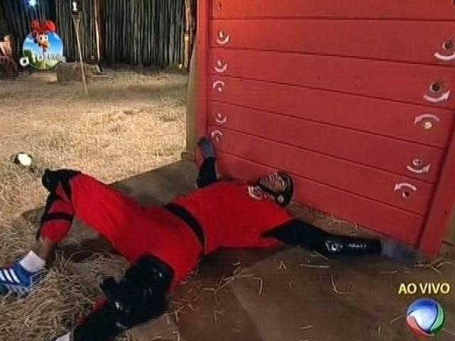 """23.set.2014 - Diego Cristo deita no chão após cumprir o circuito de obstáculos da prova do fazenzeiro da semana em """"A Fazenda 7"""""""