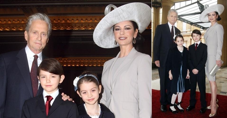24.fev.2011 - Catherine Zeta-Jones posa com o marido Michael Douglas e os filhos Dylan e Carys ao ser homenageada com o título de Comandante da Ordem do Império Britânico, um prêmio que homenageia sua contribuição artística ao Reino Unido