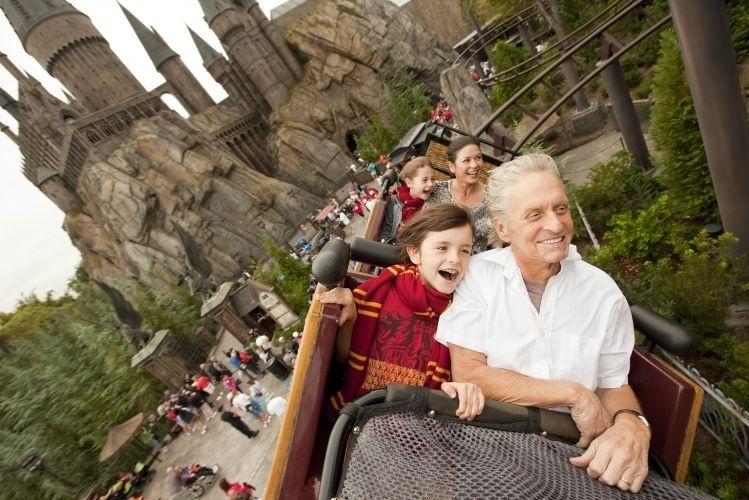 27.nov.2010 - Michael Douglas e Catherine Zeta-Jones se divertem com os filhos Dylan (na frente) e Carys no parque de diversões do Harry Potter no Universal Studios em Orlando, nos EUA