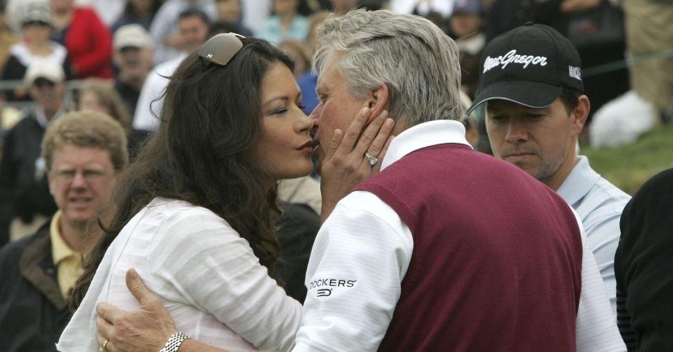29.abr.2007 - Michael Douglas ganha beijo da mulher Catherine Zeta-Jones na 9ª edição do Michael Douglas and Friends Celebrity Golf Event no rancho Palos Verdes na Califórnia. O ator organiza o torneio de golfe com celebridades uma vez por ano, onde arrecada fundos para instituições carentes