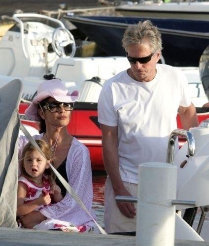 29.dez.2006 - Catherine Zeta-Jones e o marido Michael Douglas aproveitam férias com os filhos na ilha de Saint-Barthelemy na França. O casal tem dois filhos juntos, o mais velho Dylan Michael Douglas que nasceu em 8 de agosto de 2000 e Carys Zeta Douglas, que nasceu em 20 de abril de 2003